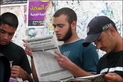 غزة - شاب فلسطيني يقلب صفحات جريدة للبحث عن النتيجة